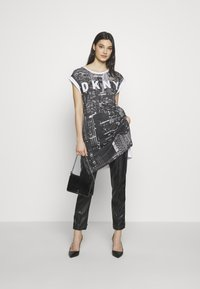 DKNY - LOGO FIRE ESCAPE  - Print T-shirt - white/black - 1