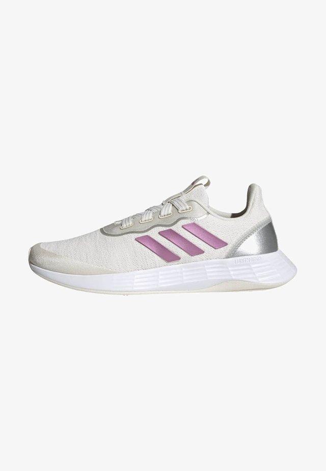 QT RACER SPORT - Sneakersy niskie - white