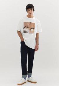 PULL&BEAR - DIE ERSCHAFFUNG ADAMS - T-shirts print - off-white - 1
