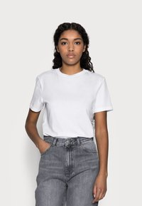 Selected Femme Petite - SLFMY PERFECT TEE BOX - Jednoduché triko - bright white - 0