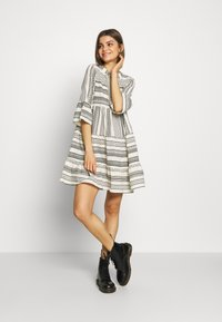 Vero Moda - VMDICTHE TUNIC - Day dress - birch/dicthe/black - 1
