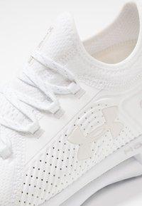 Under Armour - HOVR PHANTOM SE - Neutral running shoes - white - 5