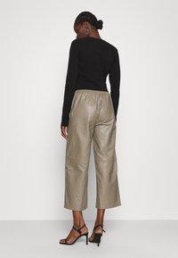JUST FEMALE - ROY TROUSERS - Pantalon en cuir - grey - 2