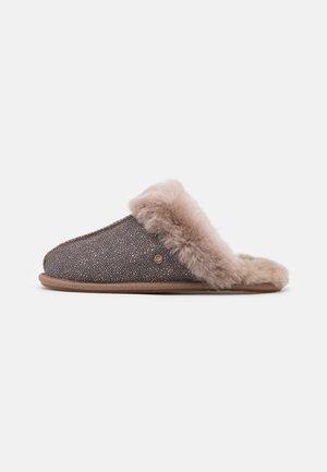 SCUFFETTE II CAVIAR - Domácí obuv - caribou