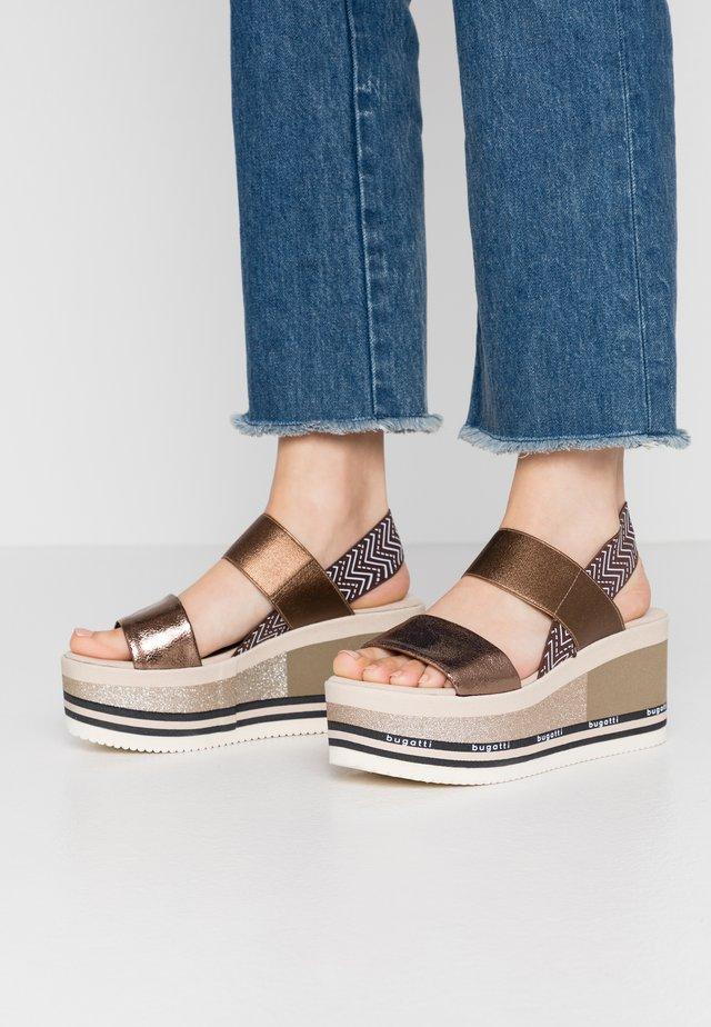 CHAI - Sandalias con plataforma - brown/metallics