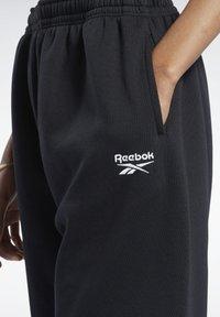 Reebok Classic - CLASSIC WARDROBE ESSENTIALS COZY FLEECE FOUNDATION - Pantalon de survêtement - black - 3