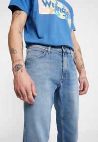 Wrangler - GREENSBORO - Jeans straight leg - mid summer blue - 3