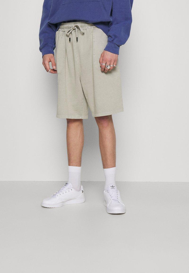Criminal Damage - ESSENTIAL DISTRESSED SHORT - Shorts - washed powder grey
