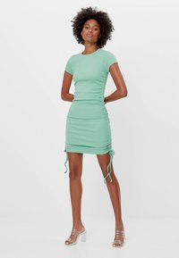Bershka - MIT RAFFUNGEN - Denní šaty - green - 0
