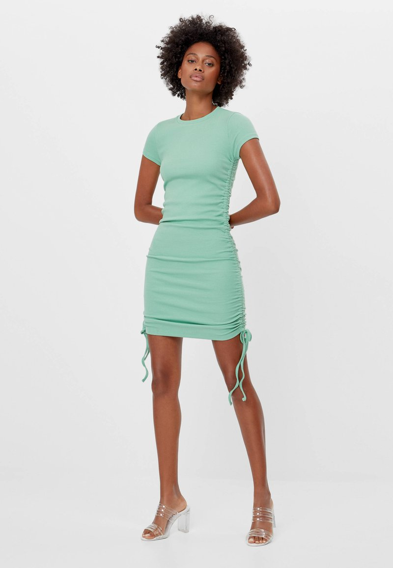 Bershka - MIT RAFFUNGEN - Denní šaty - green