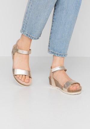 CAPRI SHINE - Sandały na platformie - gold