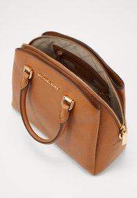 MICHAEL Michael Kors - MAXINE DOME SATCHEL - Handbag - acorn - 3