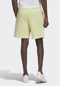 adidas Originals - ESSENTIAL UNISEX - Shorts - yellow tint - 1
