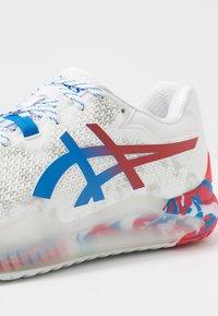 ASICS - GEL-RESOLUTION 8 - Tenisové boty na všechny povrchy - white/electric blue - 5