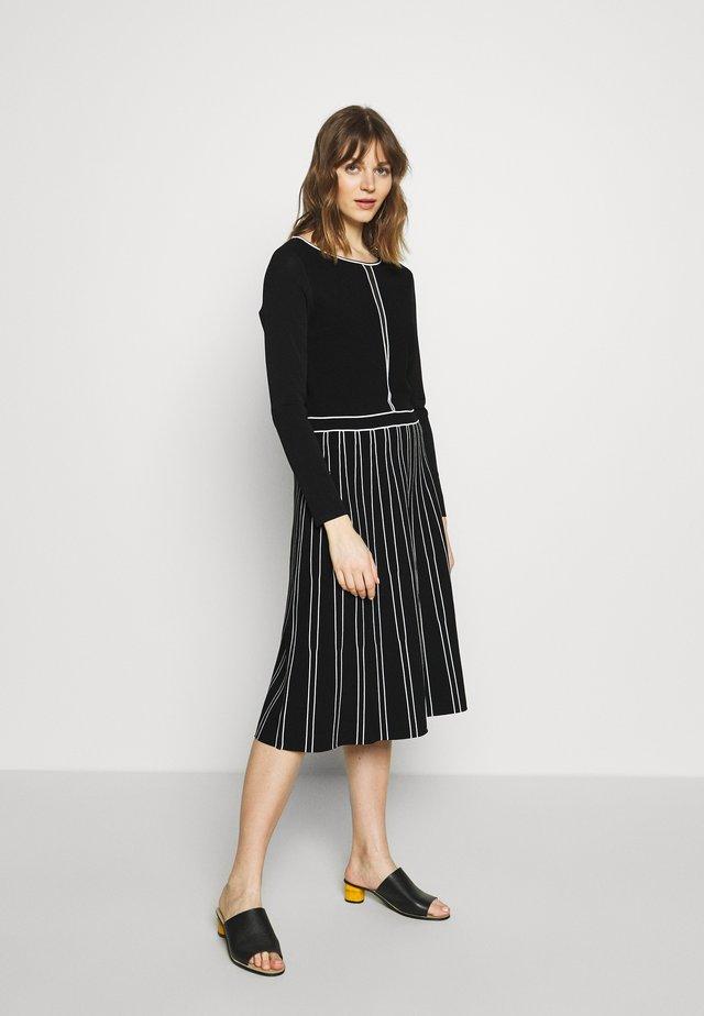 Stickad klänning - schwarz