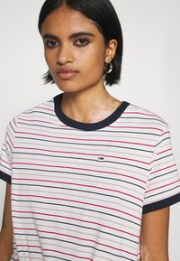 Tommy Jeans - FRONT TIE TEE - Print T-shirt - white/multi - 4