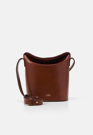 ANEMONE BUCKET SHOULDER - Across body bag - antique wood