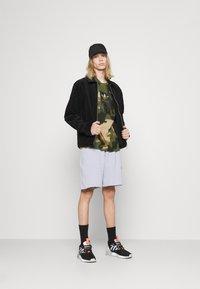 adidas Originals - CAMO TONGUE - Triko spotiskem - wild pine/multicolor/black - 1