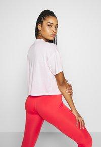 Nike Performance - ICON CLASH WOW - Camiseta estampada - barely rose/(white) - 2