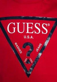 Guess - CORE JUNIOR  - T-shirt z nadrukiem - rebelle red - 2