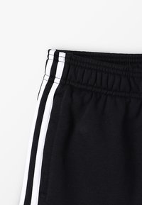adidas Performance - BOYS ESSENTIALS 3STRIPES SPORT 1/4 SHORTS - Pantalón corto de deporte - black/white - 2
