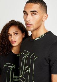 Tommy Hilfiger - UNISEX LEWIS HAMILTON TEE - T-shirt print - black - 6