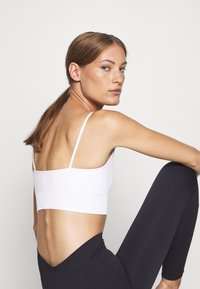 ARKET - Light support sports bra - white light - 3