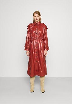 ECO CINCHED WAIST TRENCH COAT - Classic coat - brick