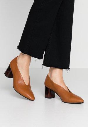 EVE - Classic heels - saddle