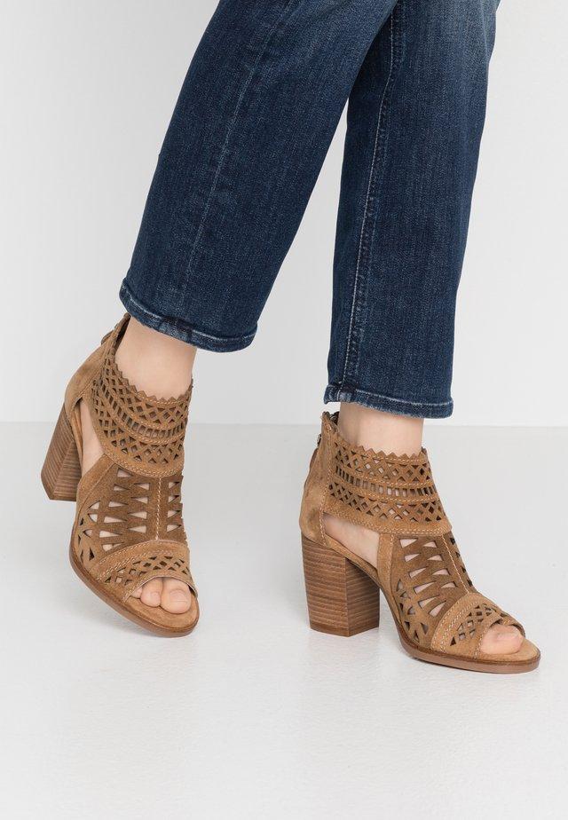 LISET - Sandały z cholewką - brown