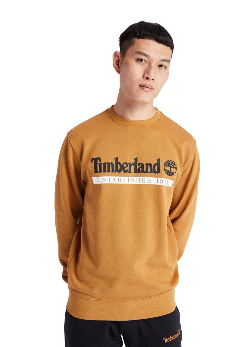 Timberland - ESTABLISHED 1973 CREW - Bluza - wheat boot-white