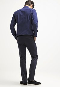 Tommy Hilfiger - DENTON - Chinosy - midnight - 2