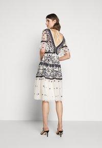 Needle & Thread - MIDSUMMER DRESS - Vestido de cóctel - champagne/black - 2