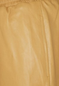 Frame Denim - GYM PANT - Leather trousers - butterscotch - 2