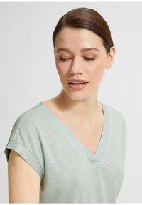 comma - Basic T-shirt - light green - 3