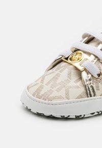 MICHAEL Michael Kors - BABY BORIUM - First shoes - vanilla - 5