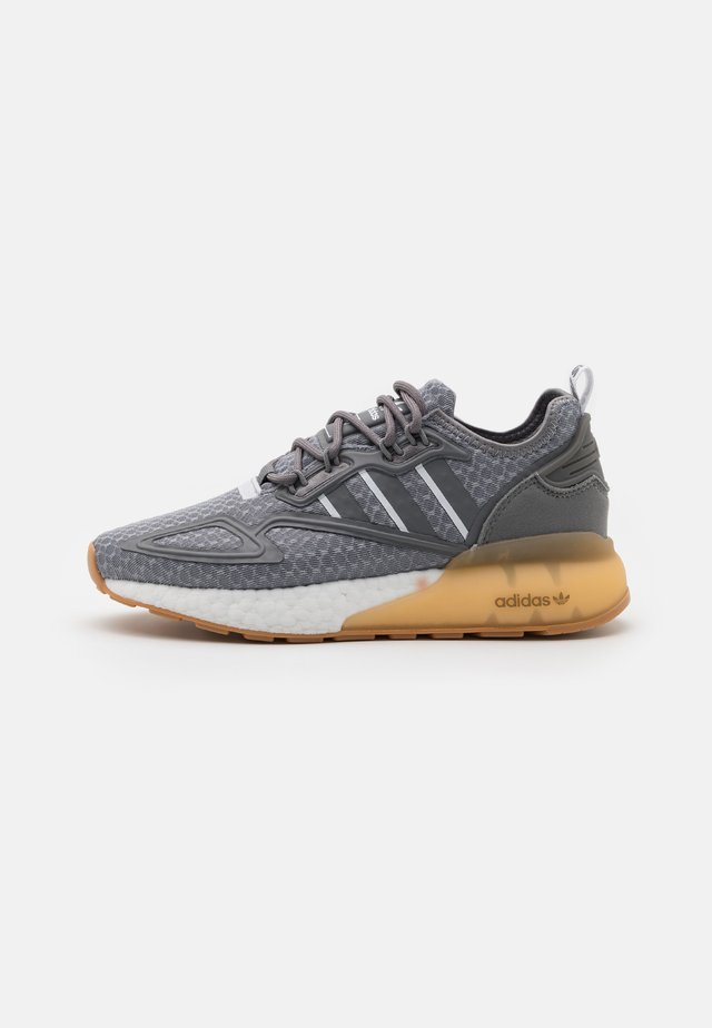 ZX 2K BOOST UNISEX - Sneakersy niskie - grey three/footwear white