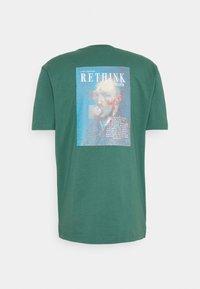 RETHINK Status - UNISEX OVERSIZED  - T-shirts med print - mallard green - 1