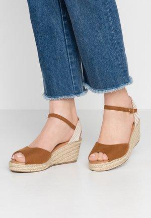 PAT - Sandály na platformě - tan
