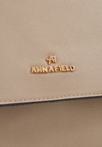 Anna Field - Skulderveske - beige - 5