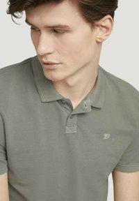 TOM TAILOR DENIM - Polo shirt - greyish shadow olive - 3