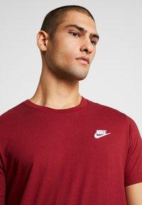 Nike Sportswear - CLUB TEE - T-shirt - bas - team red/white - 4