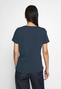 Tommy Hilfiger - ALISSA REGULAR - T-shirts med print - desert sky - 2