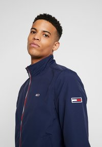 Tommy Jeans - ESSENTIAL JACKET - Giacca leggera - dark blue