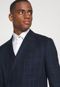 Isaac Dewhirst - THE FASHION SUIT PEAK WINDOW CHECK - Suit - dark blue - 6