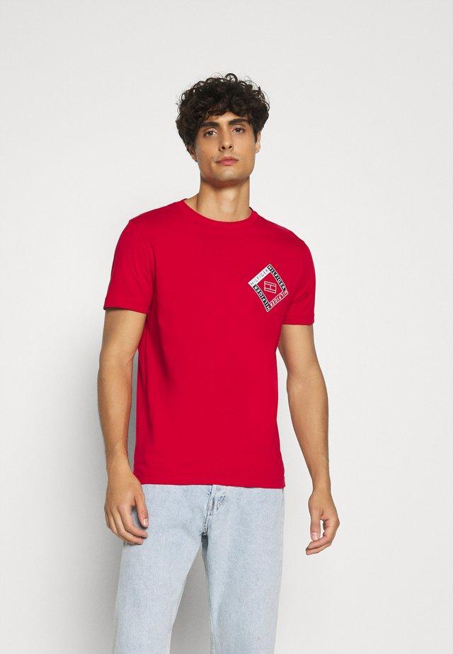 CORP DIAMOND TEE - T-shirt med print - red