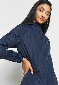 Tommy Jeans - CHEST LOGO WINDBREAKER - Summer jacket - twilight navy - 3