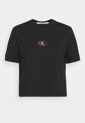 BADGE CROPPED TEE - Jednoduché triko - black