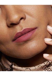 L'Oréal Paris - COLOR RICHE ULTRA MATTE FREE THE NUDES - Rouge à lèvres - 08 no lies - 4