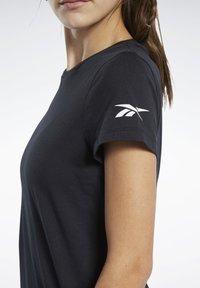 Reebok - LOGO TEE - T-shirt z nadrukiem - black - 4